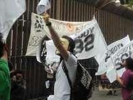 Los simpatizantes de #YoSoy132 colocaron pancartas frente a la sede nacional del PRI en el que repudiaron al instituto político. Foto: Reforma