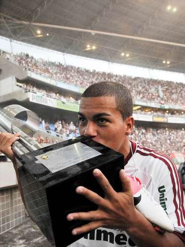 O São Paulo não aceitou a oferta do Fluminense para manter Carleto, e o lateral esquerdo cumprirá no Morumbi seu último ano de contrato com a equipe paulista. O jogador já realizou até exames médicos para se juntar ao elenco de Ney Franco