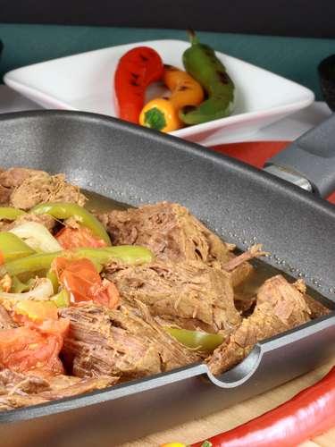 A machaca é um prato típico do norte do México. A receita inclui carne seca desfiada, ovo e molho picante. É normalmente acompanhado com tortillas de farinha de trigo