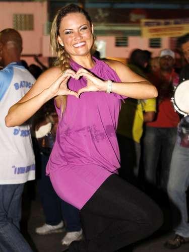 Descontraída, Ellen dançou sorridente na quadra da agremiação, na Freguesia do Ó, zona norte da capital paulista