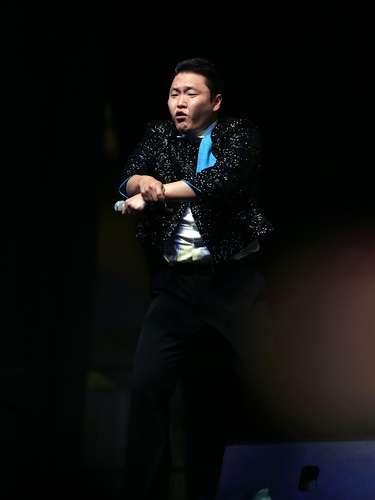 O sul-coreano Psy agitou o público em um show grátis, neste sábado (1º), no luxuoso hotel Marina Bay Sands, em Cingapura