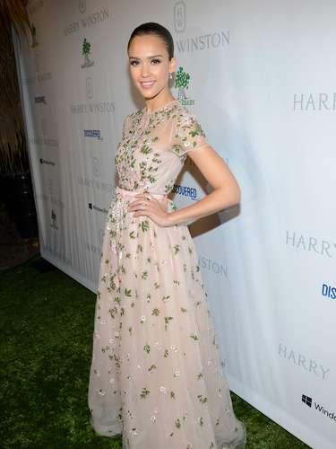Não é apenas o corpo sarado de Jessica Alba que é admirado. Seus looks fizeram com que entrasse na lista das mulheres mais bem vestidas de 2012 da revista
