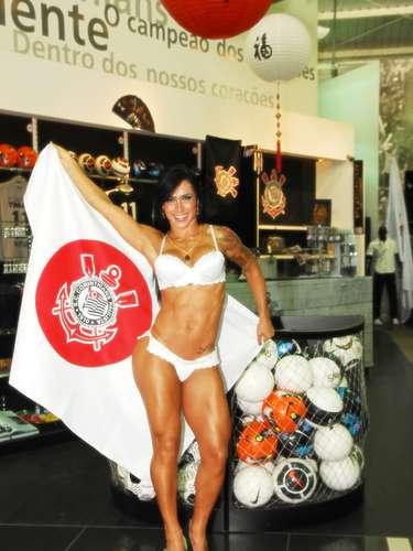 A modelofoi contratada pela loja Poderoso Timão, para fazer um ensaio com a nova linha de lingerie do Corinthians