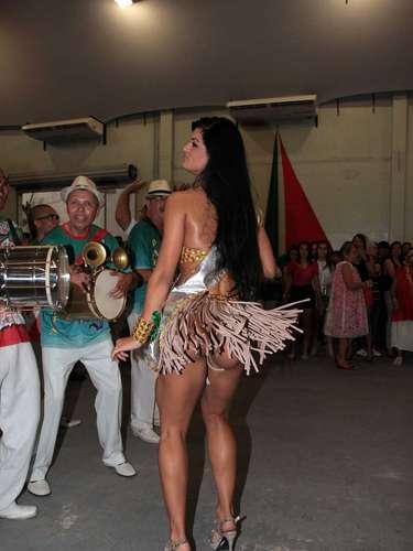Camila Vernaglia exibiu suas curvas nesse domingo (2)