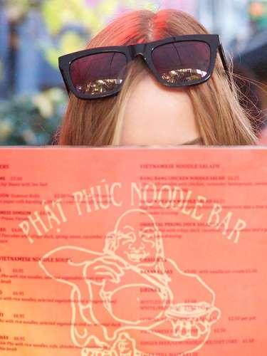 Nesta segunda (3), foram divulgadas as últimas pistas da campanha darede de roupas Topshop, que traz uma estrela hollywoodiana cujo nome está guardado a sete chaves.Foto mostra testa da celebridade misteriosa, com óculos de sol