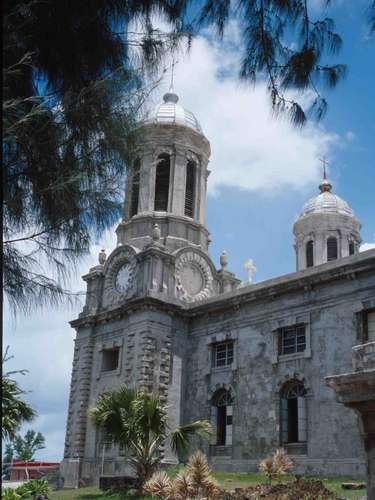 Catedral Anglicana de Saint Johns , Saint Johns, Antigua e Barbuda: situada na ilha de Antigua, Saint Johns, capital de Antigua e Barbuda, tem pouco mais de 20 mil habitantes, e se destaca por sua tranquilidade e seus dias ensolarados. Terminada em 1848, a Catedral Anglicana de Saint Johns tem um estilo neobarroco com duas torres que sobressaem na paisagem da cidade