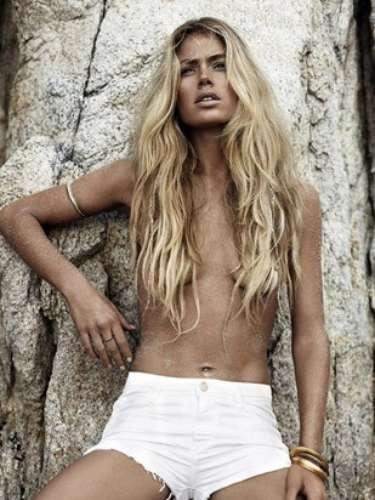 A angel da Victoria's Secret também posou de topless, cobrindo os seios com os cabelos e com os braços