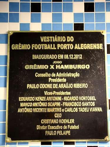 Na entrada dos vestiários, uma placa marca a data e o amistoso Grêmio x Hamburgo