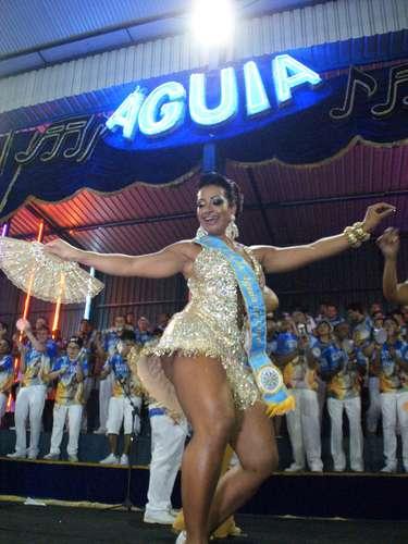 A atriz mostrou ter samba no pé