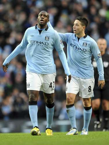 Yaya Touré comemora com Nasri gol do City