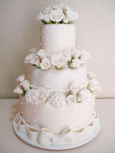 Bolo redondo branco de três andares coberto compasta americana, Simone Amaral - Sugar and Arts.Preço: R$ 200 o quilo de andar verdadeiro, andares falsos e flores são cobrados a parte