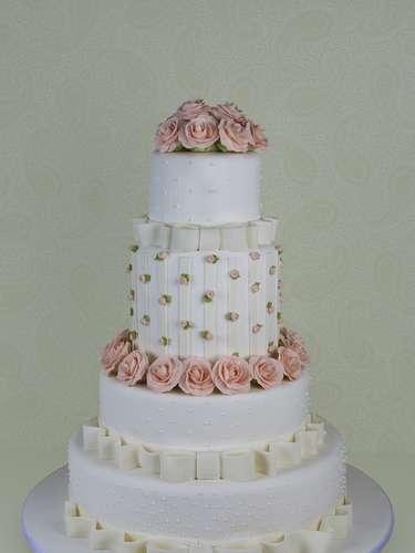 Bolo de quatro andares coberto com pasta americana decorado com mini rosas e rosas de açúcar, Cake Design. Preço: a partir de R$ 1.400