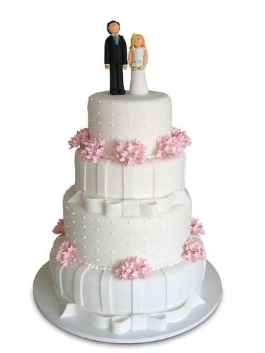 Bolo redondo branco de quatro andares coberto de pasta americana com flores, fitas e pontinhos, Special Cake.Preço:a partir de R$ 100 o quilo