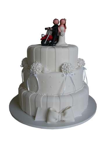Bolo redondo branco de três andares coberto de pasta americana com flores e fitas, Special Cake.Preço:a partir de R$ 100 o quilo
