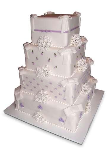Bolo quadrado de quatro andares branco e lilás coberto de pasta americana com flores e fitas, Special Cake.Preço:a partir de R$ 100 o quilo