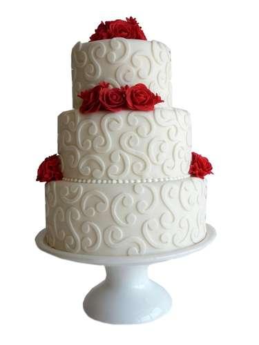 Bolo redondo de três andares branco e vermelho coberto de pasta americana com flores e renda, Special Cake.Preço:a partir de R$ 100 o quilo