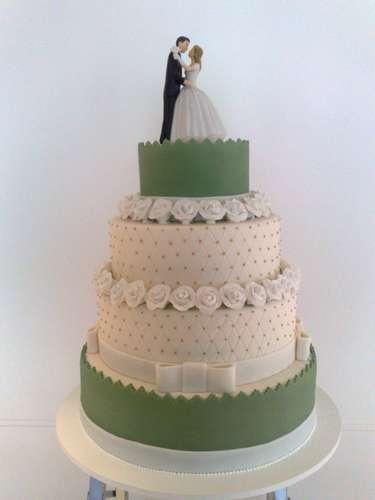 Bolo redondo de quatro andares branco e verde coberto de pasta americana e decorado com rosas, andares imitando matelassê e laços, Wayne Ferreira.Preço:R$ 130 o quilo