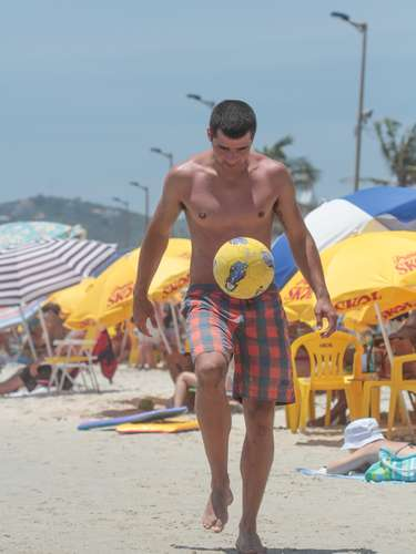 25 de dezembro-Na praia de Bombas, os turistas e moradores aproveitaram o calor para se divertir na praia