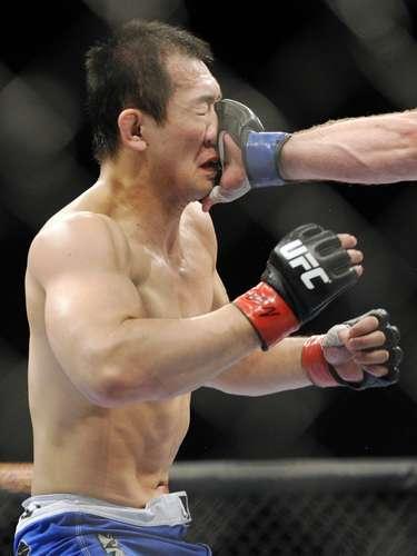 Yushin Okami recebe soco no rosto em vitória sobre Alan Belcher