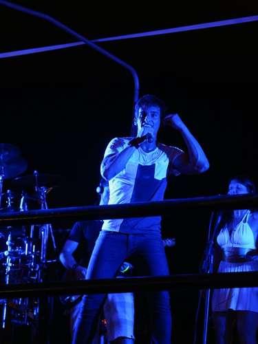 A madrugada de sábado (29) foi agitada no Skol Verão Show Guarujá, no litoral paulista. Entre os artistas que subiram ao palco, estiveram Leo Rodriguez (foto), Chiclete com Banana e MC Naldo. No público, marcaram presença famosos como o nadador Thiago Pereira, a modelo Renata Banhara e o jogador de futebol Fernando Baiano