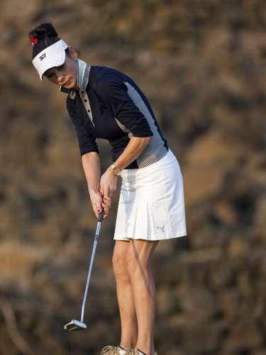 Praticante assídua de golfe, a bela não conta com a ajuda de um personal trainer para ficar com tudo em cima