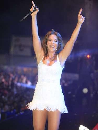 Ivete Sangalo mostrou a boa forma ao usar um vestido curto de cor branca para se apresentar em Salvador, na Bahia