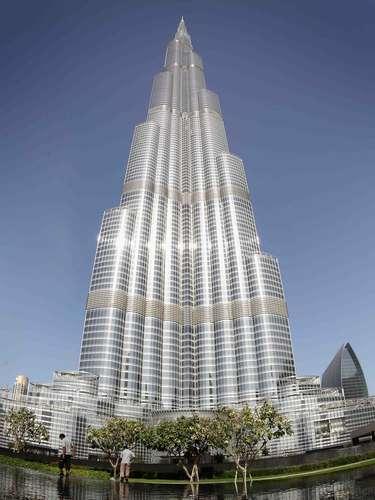 Burk Khalifa, Dubai: inaugurado em 2010, o Burk Khalifa é o arranha-céu mais alto do planeta, com 828 metros de altura e 160 andares. O prédio custou US$ 1,5 bilhão para ser construído, e tem em sua estrutura um hotel Armani, apartamentos de luxo, lojas e restaurantes. A arquitetura moderna e futurista, combinada com a impressionante altura, cria um dos principais cartões-postais de Dubai