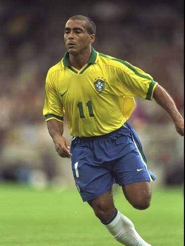Gênio da pequena área, o baixinho Romário apareceu na 7ª posição. Com poder de decisão único, ele resolveu a Copa do Mundo de 1994 para o Brasil. Em clubes ele se destacou principalmente nos três maiores do Rio de Janeiro. Foi artilheiro do Campeonato Brasileiro aos 39 anos de idade e, de acordo com suas contas, superou os 1000 gols marcados na carreira