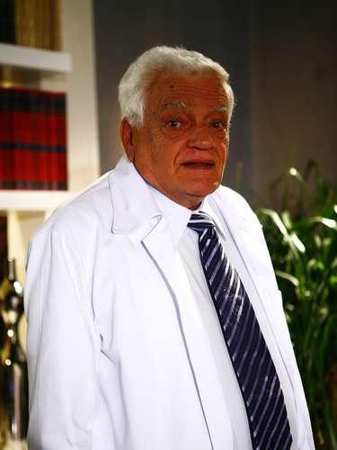 O ator Walmor Chagas foi encontrado morto, nesta sexta-feira (18), em sua chácara, em Guaratinguetá, cidade localizada no Vale do Paraíba, interior de São Paulo (SP). A Polícia Seccional da cidade confirmou a informação, afirmando que o óbito foi devido a um tiro na cabeça, levando a investigação a trabalhar com hipótese de suicídio. Ele tinha 82 anos