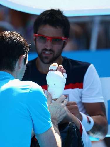 Tipsarevic recebe atendimento médico dentro da quadra. O sérvio alegou ter lesionado o calcanhar do pé esquerdo durante o primeiro set