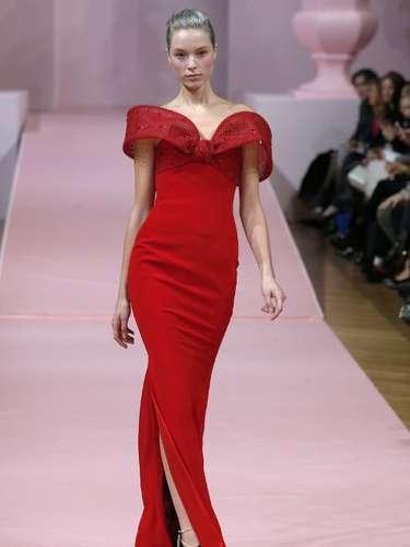 O vestido com fenda lateral é da grifeAlexis Mabille