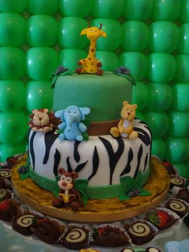 O bolo da festa Animais Safári, da La Belle Vie Eventos, apresenta estampa de pele de animal em uma das camadas. Bichinhos incrementam o visual