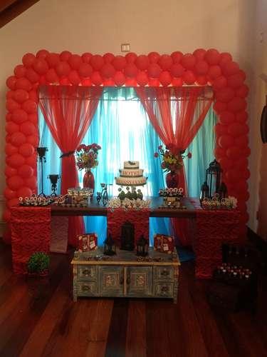 Vermelha é a cor predominante da decoração da festa cujo tema é o filme Hotel Transilvânia. A proposta é da La Belle Vie Eventos
