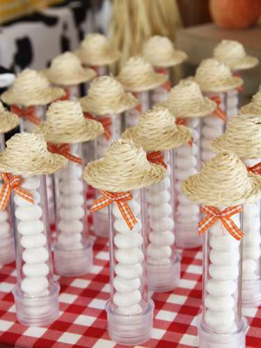 Tubos com guloseimas incrementados com chapéu de palha dão um toque a mais à mesa da festa Fazendinha, decorada por Fabiana Moura