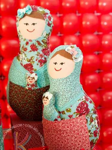 Bonecas feitas com tecido de algodão e feltro dão um charme a mais à mesa da festa com tema Matrioska, da Komemore Festas Personalizadas