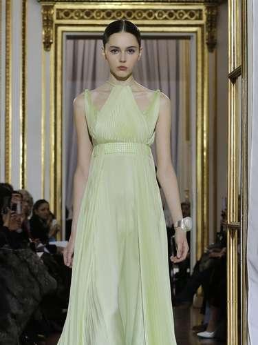 Vestido verde plissado foi destaque do desfile de Christophe Josse na semana de moda de alta-costura de Paris, que começou nesta segunda-feira (21)