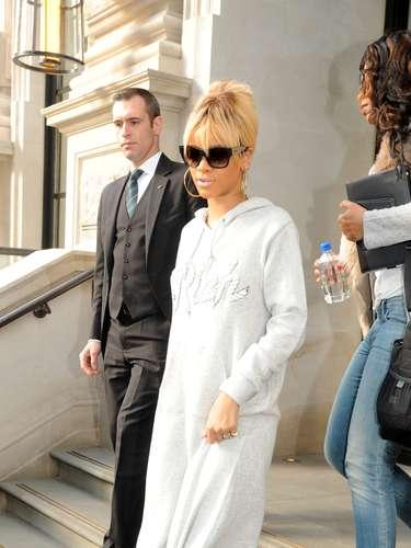 Esse look de Rihanna em Londres, no começo de 2012, deu o que falar. Também parece que veio dos anos 80. Vestido de moletom com um nó na frente, escarpim azul e meia soquete fina. Please, no more, no more, no more...