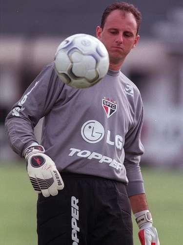 O primeiro gol (1997) A cena que se repetiria muitas vezes aconteceu pela primeira vez em 1997. Em 15 de fevereiro, em Araras, pelo Campeonato Paulista, Rogério Ceni marcou um belo gol de falta contra o União São João