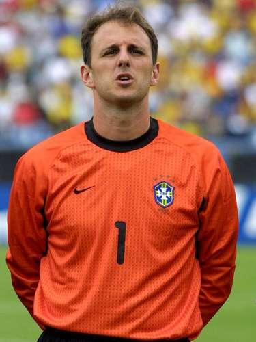 Retorno à Seleção com Leão (2000) Com a chegada de Emerson Leão à Seleção, Rogério foi promovido a titular, capitão e até cobrador de faltas da equipe verde-amarela, arriscando batidas em jogos das Eliminatórias. Mas o gol pelo Brasil nunca saiu