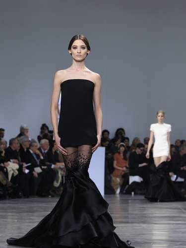 O estilistaStephane Rolland brincou com cores sóbrias na passarela, em uma coleção em branco e preto