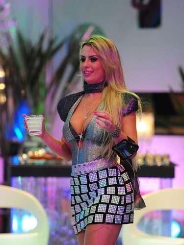 A roupa usada por Fernanda em uma das festas é até possível de vestir fora da casa do Big Brother Brasil, com alguns ajustes. Abaixar um pouco a barra e diminuir o decote. No mundo real, menos ombreira também ficaria mais normal