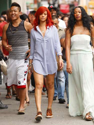 Um dia, a cantora resolve passear por Nova York assim, de camisa e sapato estilo masculino. Deve estar com um short pro baixo, mas do jeito que foi tirada a foto, parece que esqueceu de colocar alguma coisa por baixo