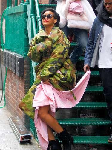 Em 2012, Riahnna já havia lançado mão deste casaco para usar junto com um vestido rosa-claro e botas de cano curto. Devia mesmo estar frio, porque nada combina com nada