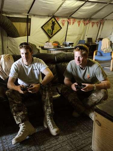 Nos momentos de folga, Harry joga videogame com os colegas militares