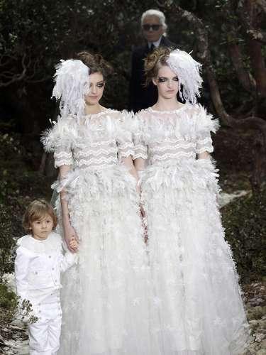 Primeira a desfilar nesta terça-feira (22) na semana de moda de Paris, a Chanel apresentou duas mulheres vestidas de noiva, ao lado do sobrinho do estilista, também de branco