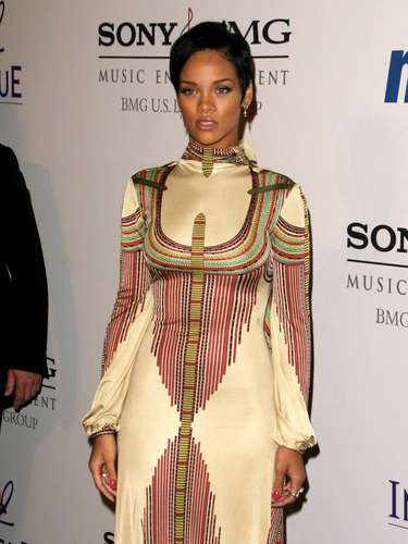 Por outro lado, ela se cobriu demais em 2008 com esse vestido de estampa enorme. Parece uma armadura que a deixa presa no modelito