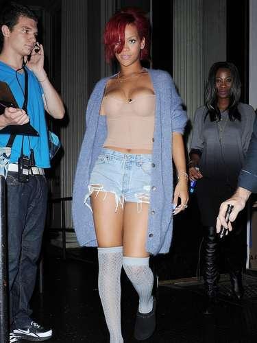 Em 2010, ela estava gravando um clipe e resolveu aparecer assim, com meias, pantufas, short, top e cardigã juntos. Ninguém merece