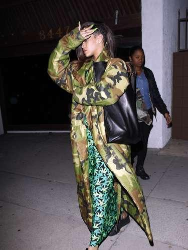 Rihanna tenta esconder o rosto ao sair do estúdio separadamente de seu ex-companheiro Chris Brown. Se eles estão juntos ou apenas fazendo um trabalho em conjunto, não importa, o que pegou mesmo foi esse vestido com estampa que remete à folha de maconha, usado junto com um casaco camuflado e tênis preto. Muita informação