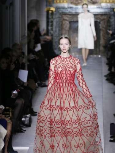 Valentino também desfilou nesta quarta-feira na semana de alta-costura em Paris. O estilista levou modelos curtos e compridos, além do seu tradicional vermelho