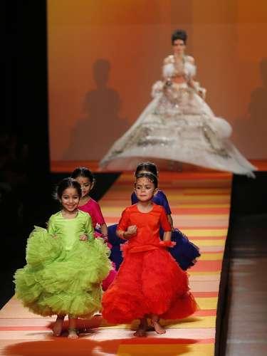 Crianças correram pela passarela após o momento alto do desfile deJean Paul Gaultier, quando a modelo levantou a saia e \